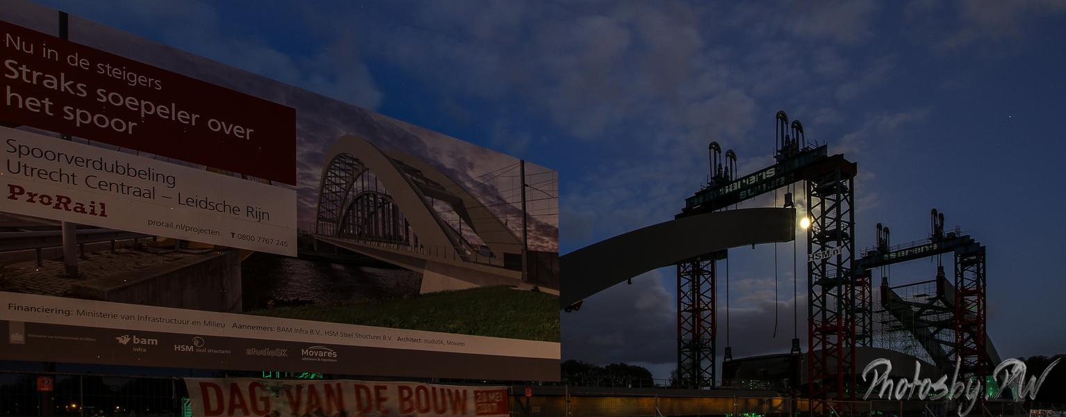Building a bridge, with context - Momenteel wordt er naast de A2 bij Utrecht een nieuwe spoorbrug gebouwd.  Na een blik op TPE heb ik toch de camera maar gepakt.  Deze foto is daa - foto door PeterWesterik op 12-05-2017 - deze foto bevat: bouw, nacht, utrecht, ruw, industrieel