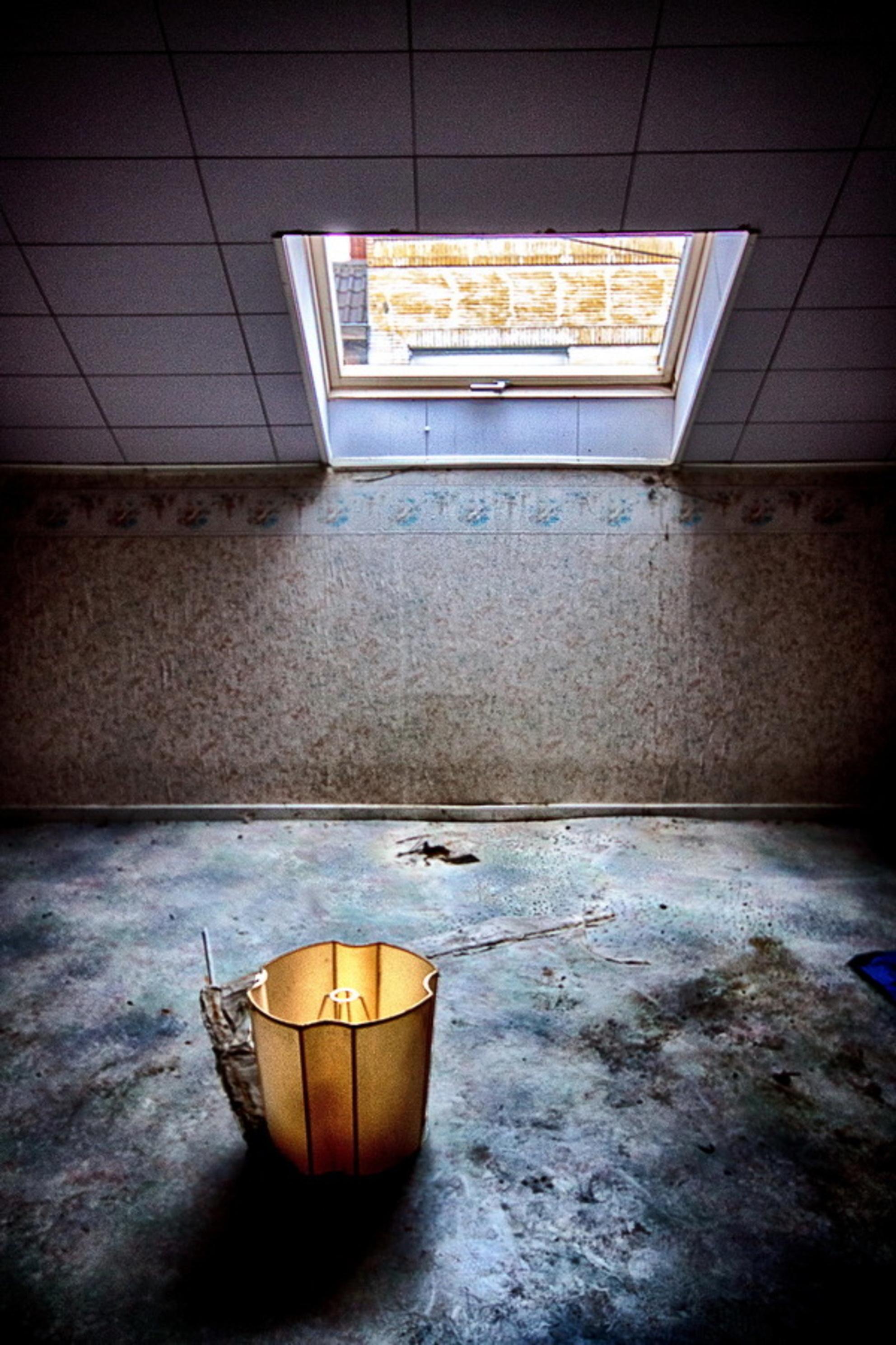 Lamp - Doel, België - foto door fotohela op 28-02-2015 - deze foto bevat: oud, donker, kleur, licht, schaduw, stilleven, kunst, urban, verlaten, hdr, details, urbex, urban exploring