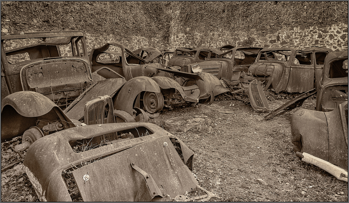 oradour sur glane - in het Franse dorp Oradour sur Glâne zijn op 10 juni 1944 642 mensen door een Duitse pantserdivisie vermoord dit was, op 6 na, de gehele bevolking  - foto door corvangriet op 20-06-2019 - deze foto bevat: oud, frankrijk, reizen, auto, stilleven, verlaten, urbex, vergankelijkheid, autowrakken, Oradour sur Glane, Tweede Wereldoorlog, #zoomnluitdaging
