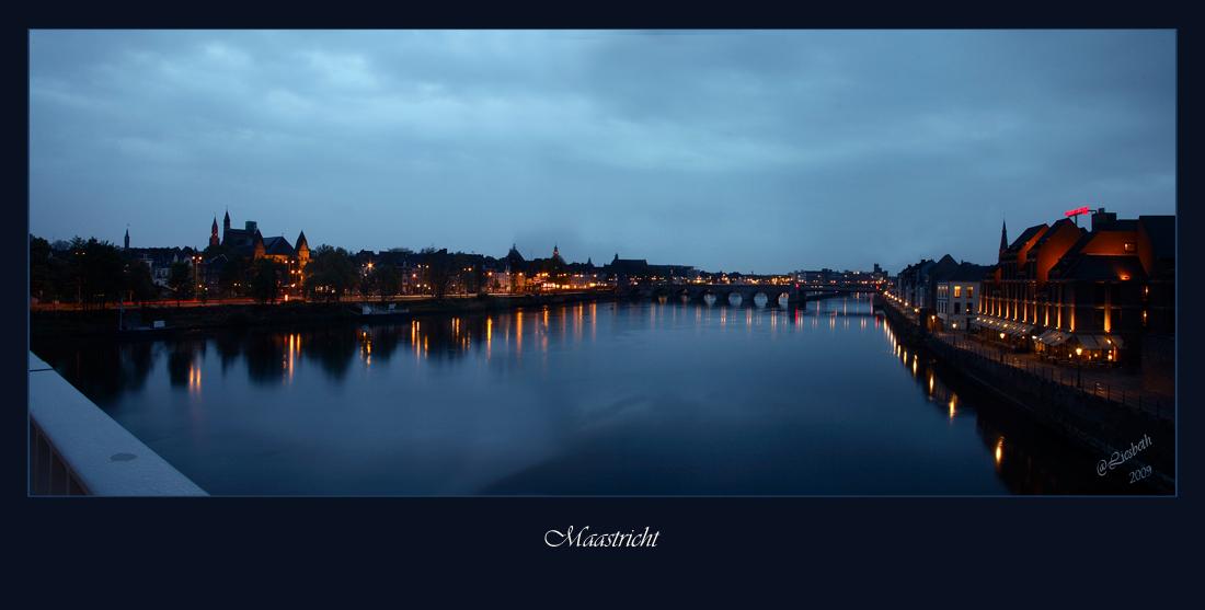 Maastricht - Zondag naar Maastricht geweest,met nog 10 andere zoomers.speciaal voor het blauwe uurtje, maar om half negen begon het te regenen,jammer dan , deze h - foto door Liesbeth1 op 28-04-2009 - deze foto bevat: maastricht, loopbrug, liesbeth1
