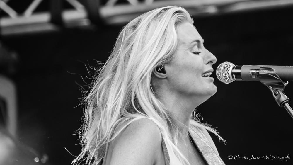 Missmontreal - Miss Montréal in Oldenzaal bij Fields of Joy - foto door chazewinkel op 25-07-2017 - deze foto bevat: portret, artiest, gitaar, muziek, concert, zingen, band, muzikant, zwartwit, zangeres, live, gitarist, festival, concertfotografie
