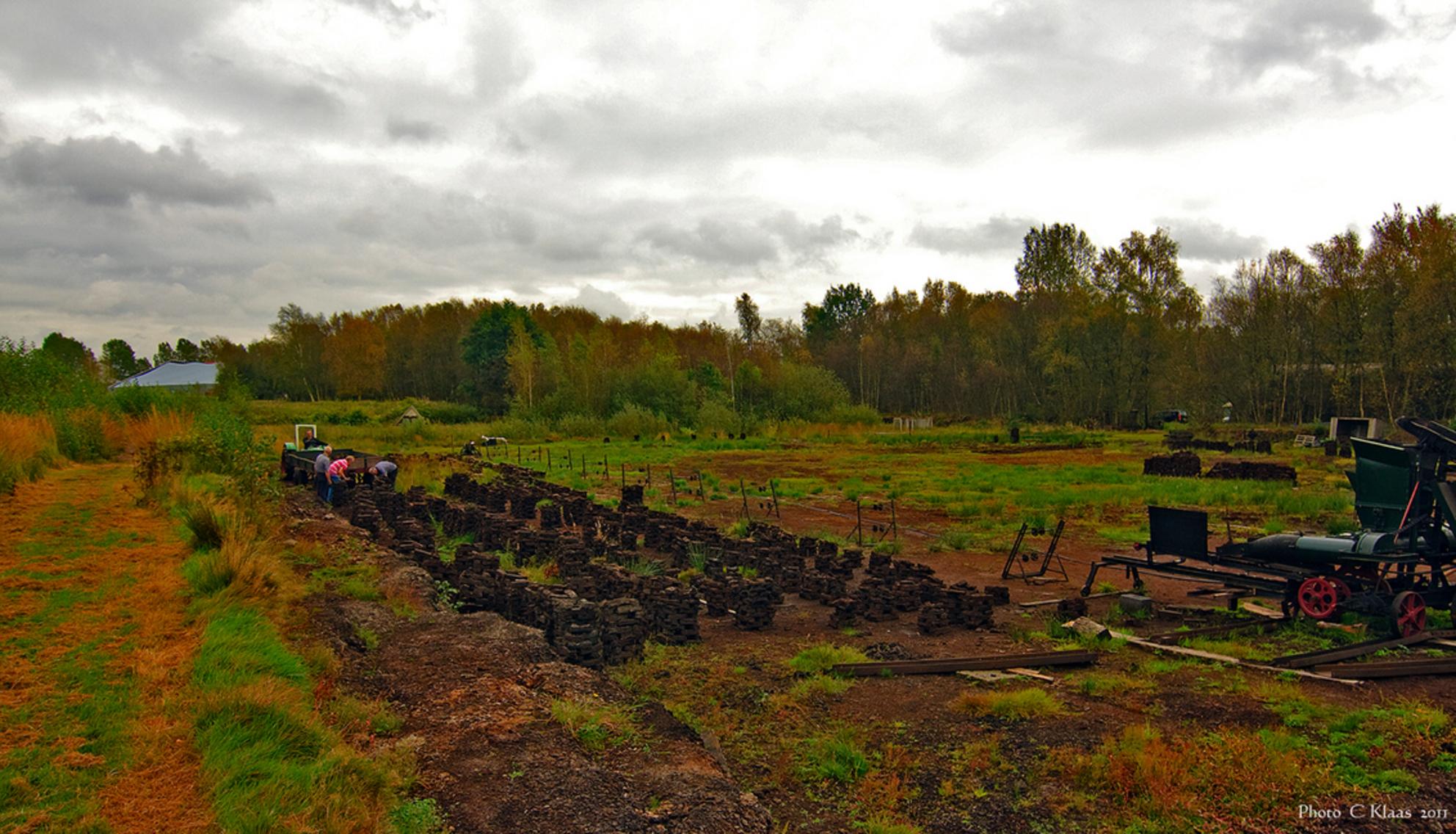 Turfsteken - Hier worden nog op de oude manier turven gestoken. Bedankt weer voor alle reactie s. - foto door k.tien op 10-10-2011 - deze foto bevat: veenlandschap