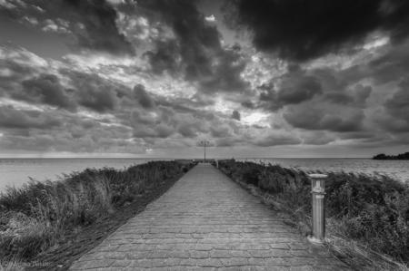 Makkum - Foto was in kleur vrij saai dus eens aan het experimenteren met zwart wit geslagen. - foto door mjbakker20 op 30-09-2014 - deze foto bevat: wolken, black, zwart, pier, white, dreigend, makkum, wiet