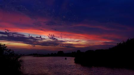 Kampen Sunset - Zonsondergang Kampen - foto door malissaverhoef op 04-07-2015 - deze foto bevat: roze, lucht, wolken, rood, zon, boom, water, natuur, licht, oranje, ijssel, avond, zonsondergang, landschap, zomer, meer, haven, rivier, kampen, overijssel, wolkenspel