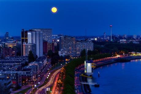 Volle maan boven Rotterdam