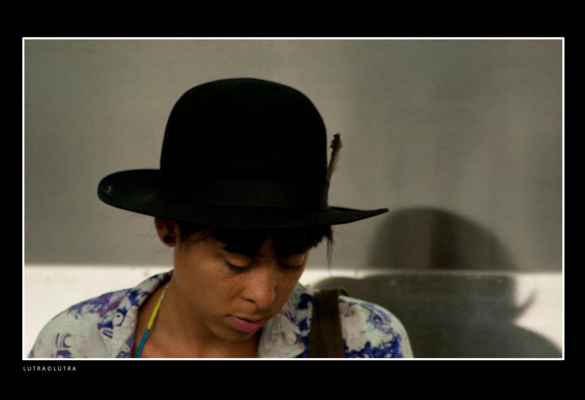 METRO..08 - deze jongedame gespot vanuit de Metro op het station, ze viel me direct op met haar fraaie zwarte hoed... - foto door corotterspeer op 31-07-2012 - deze foto bevat: station, rotterdam, metro
