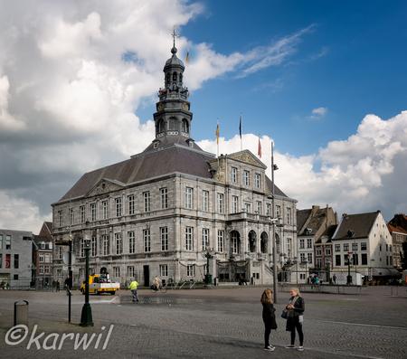 stadhuis maastricht - opdracht tbv fotocursus: 2 punts statisch met menselijk aspect - foto door karelwillemse op 04-06-2015 - deze foto bevat: gebouw, stad