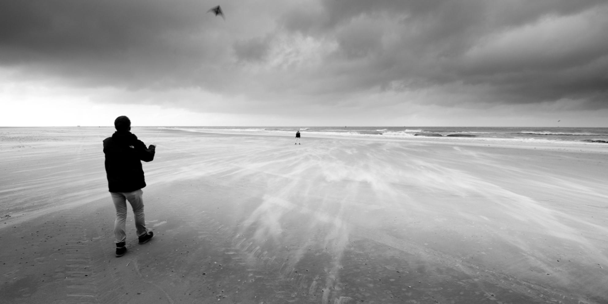 Vliegeren - - - foto door jelmerjeuring op 29-03-2014 - deze foto bevat: lucht, wolken, strand, water, natuur, herfst, vakantie, duinen, storm, zand, zwartwit, waaien, vliegeren - Deze foto mag gebruikt worden in een Zoom.nl publicatie