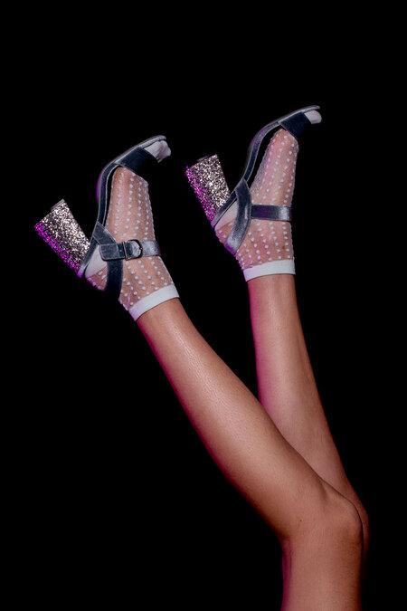 Dancing shoes - - - foto door stephanieverhart op 28-02-2019 - deze foto bevat: vrouw, kleur, licht, portret, model, flits, fashion, lief, schoenen, sfeer, pose, studio, belichting, mode, fotoshoot, gel, kleding, romantisch, styling, editorial, beautydish, snoot, colorgel, fashionfotografie