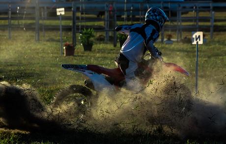 crossmotor wedstrijd bij zonsondergang
