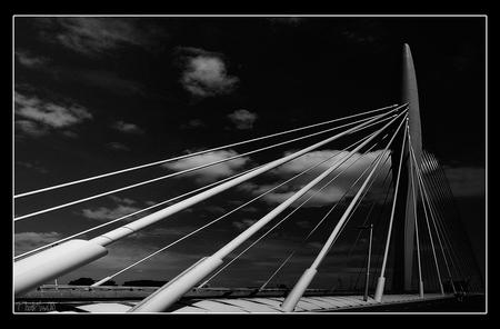 Utrecht, Prins Clausbrug 2 - Wat was het er uitgestorven die zaterdag en het was nog niet eens WK voetbal maar je kon midden op de brug gaan staan om te fotograferen want geen me - foto door PhotoMad op 19-06-2010 - deze foto bevat: brug, utrecht, prins clausbrug, PhotoMad
