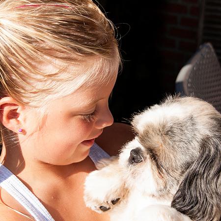 Nik en Puk - Kleindochter met haar hondje. - foto door RosaDotje op 30-07-2012 - deze foto bevat: hond, kind