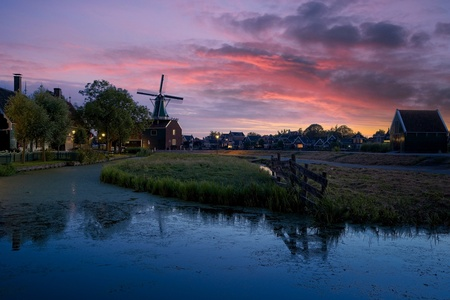 Zaanse Scape - This summer I went to Zaanse Schans few times to try different new techniques. I used different Sony lenses and I tried to figure out less common sce - foto door lcutolo op 19-01-2019 - deze foto bevat: water, sunset, blue, landscape, reflections, hdr, sony, lights, village, zaandam, netherlands, dusk, tlp, calm, flickr, zaanse schans, Wind mills, Aperture, long exposure, Dutch landscape, ngc, world trekker, blue hours, luca cutolo, silky water, on1 raw, silky could, old towns, millscape, sony a7iii