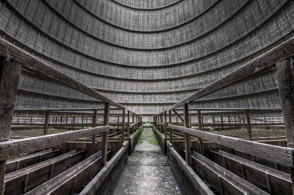 Cooling Tower 2 - Dit is een koeltoren die bij een krachtcentrale in België hoort. Spannende locatie, omdat je een aardig stuk via houten schrootjes naar boven moet kl - foto door daanoe op 05-08-2011 - deze foto bevat: koeltoren, urban, verlaten, vervallen, urbex, exploring, powerplant, daanoe