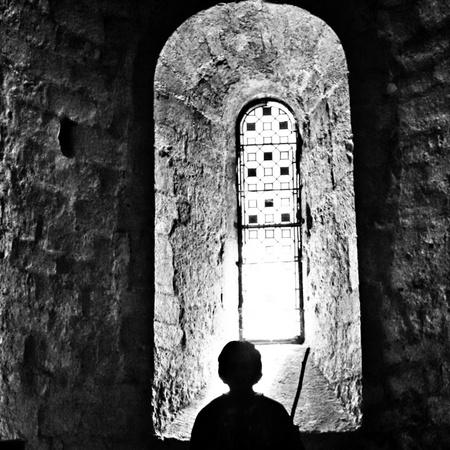 Kerkbezoek - - - foto door Jules_zoom op 07-03-2021 - deze foto bevat: frankrijk, silhouette, tegenlicht, kerk, zwartwit, reisfotografie