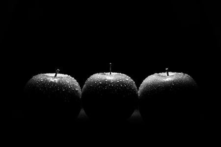 Black and white still life - Eens iets anders Dan wat ik altijd maak... Dit is een huiswerkopdracht van de fotoschool. Maak een stilleven en gebruik 1 lamp, maar het licht mag n - foto door Danielle-vanDoorn op 06-12-2020 - deze foto bevat: appel, druppels, stilleven, fruit, zwart-wit