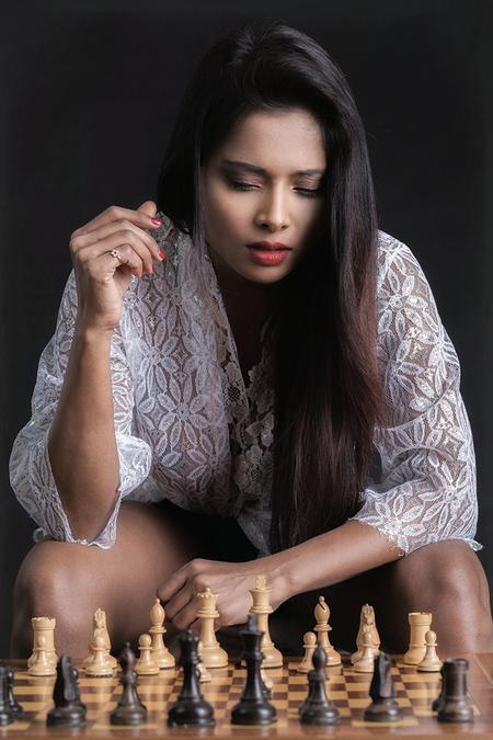 white starts and wins - Naked Soul (voor de oplettende kijker en schaker onder ons ... het schaakbord ligt verkeerd ...) - foto door jhslotboom op 03-01-2018 - deze foto bevat: vrouw, donker, portret, model, erotiek, beauty, emotie, studio, closeup, mode, schaak, schaken, brunette, naked soul, aan zet, witte blouse