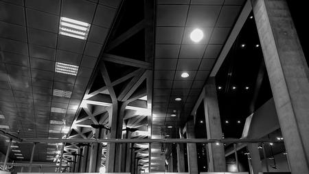 Architectuur vh plafond - Met wat verbeelding kan je een 4 herkennen in de diverse lijnen op het plafond. - foto door oostindienjp op 10-10-2015 - deze foto bevat: abstract, architectuur, plafond, zw