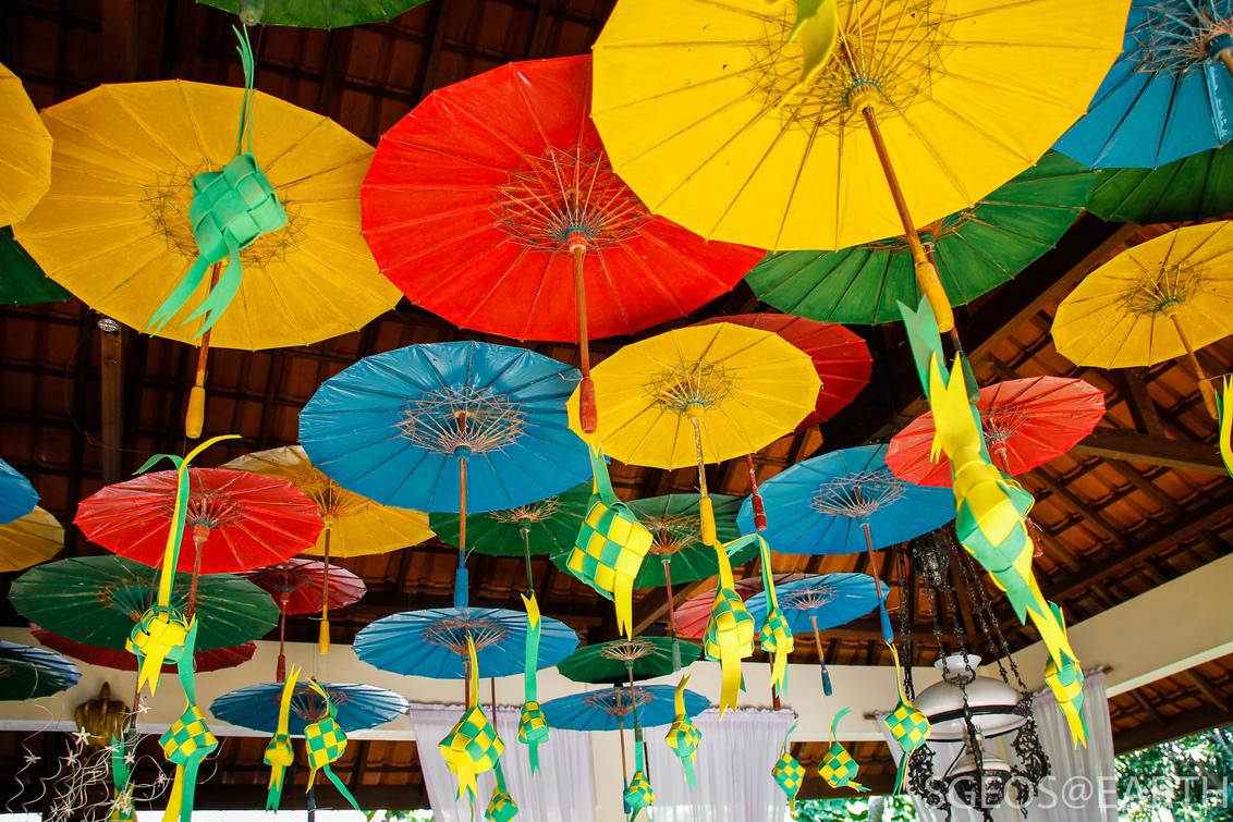 Colorful design at Taman Indie - Mooie decoratie met kleurige paraplu's aan het plafond bevestigd. Genomen in Oost Java bij het Taman Indie restaurant in Malang. - foto door SGEOS-EARTH op 09-05-2017 - deze foto bevat: kleuren, kleur, canon, travel, java, restaurant, paraplu, indonesia, design, decoratie, observer, taman indie