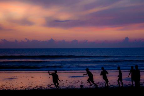 Voetbal bij zonsondergang