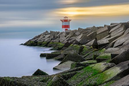 Sluiterwolken tegen het groen - We waren deze avond Scheveningen aan het verkennen om aan de slag te gaan met lange sluitertijden. Ik had gehoopt op een spectaculaire zonsondergang, - foto door Finder80 op 20-07-2019 - deze foto bevat: groen, lucht, wolken, blauw, zon, zee, water, vuurtoren, mos, avond, zonsondergang, tegenlicht, scheveningen, haven, pier, havenhoofd, hdr, Den Haag, lange sluitertijd, erik brons