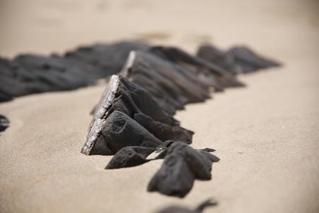 Rocks and Sand - Voor deze foto ben ik languit op het zand gaan liggen. De kleine stukjes rots van slechts een paar centimeter hoog lijken zo net rotsen. - foto door antine_vdz op 30-06-2017 - deze foto bevat: zon, strand, zee, lente, natuur, vakantie, landschap, duinen, zand, bergen, portugal, rotsen, algarve, uniekstrand