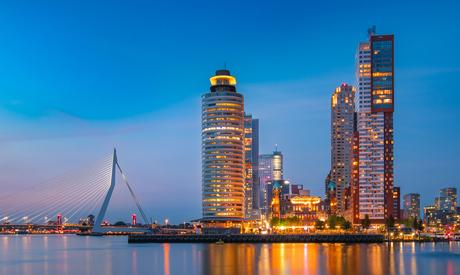 Een kijkje op de Wilhelminapier tijdens het blauwe uurtje (Rotterdam)