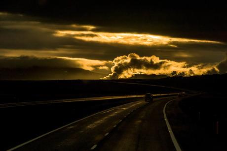 Geyser bij zonsondergang op Ijsland