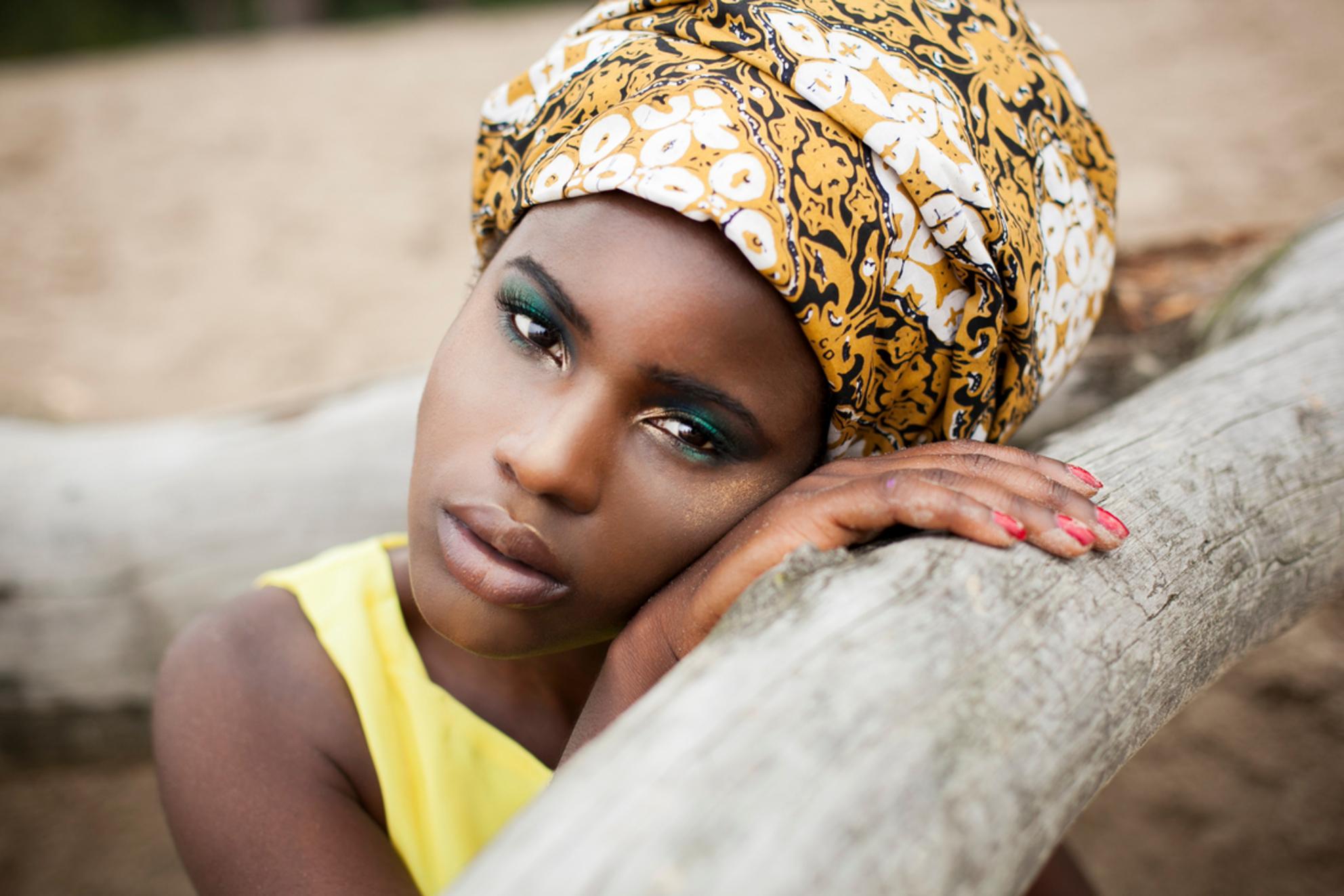 African girl - Ik houd heel erg van deze foto, haar blik is hier zo mooi! - foto door anoukstrijbos op 11-08-2014 - deze foto bevat: vrouw, kleur, portret, model, fashion, lippen, beauty, sfeer, pose, glamour, jurk, mode, kleding, visagie, locatie, makeup, editorial, fashionfotografie - Deze foto mag gebruikt worden in een Zoom.nl publicatie