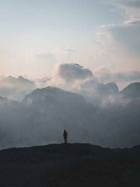 Twilight. - Gewoon genieten in de Alpen.  Make sure you follow me on: https://www.facebook.com/ShotByCanipel/ https://www.instagram.com/canipel/ - foto door canipel op 12-09-2019 - deze foto bevat: lucht, uitzicht, natuur, licht, avond, zonsondergang, reizen, landschap, silhouet, bergen, wandelen, alpen, persoon, reisfotografie, slovenie
