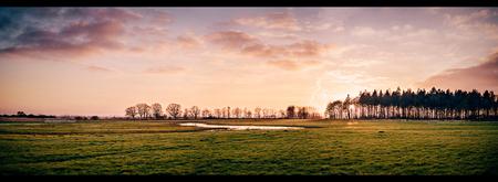 Kleurrijk - Zonsondergang.     ©MotionMan 2021 - foto door motionman op 03-03-2021 - deze foto bevat: lucht, kleuren, wolken, kleur, zon, water, natuur, licht, zonsondergang, reflectie, avondlicht, bomen, zons, perspectief, compositie, sfeer, emotie, kleurrijk, warm, friesland, ondergang, weide, landscap, grasveld, sfeervol, warme, scenery, scene, katlijk, scenisch