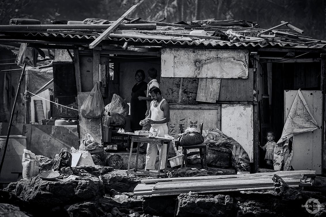 """Sloppenwijk in Mumbai - Een gezin in hun """"woning"""" in een van de velen sloppenwijken Mubai, India. - foto door eyefocus-76 op 09-04-2013 - deze foto bevat: arm, india, armoede, sloppenwijk, sloppen, mumbai, Krotten"""