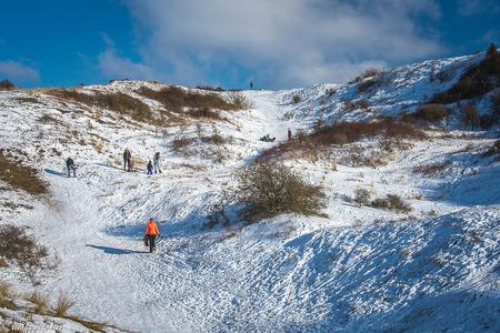 Winter in the Dutch Mountains - Even lekker sleeën vanaf een van de hoogste duinen bij Egmond aan Zee. - foto door rits op 13-02-2021 - deze foto bevat: sneeuw, landschap, duinen, sleeen, Egmond aan Zee