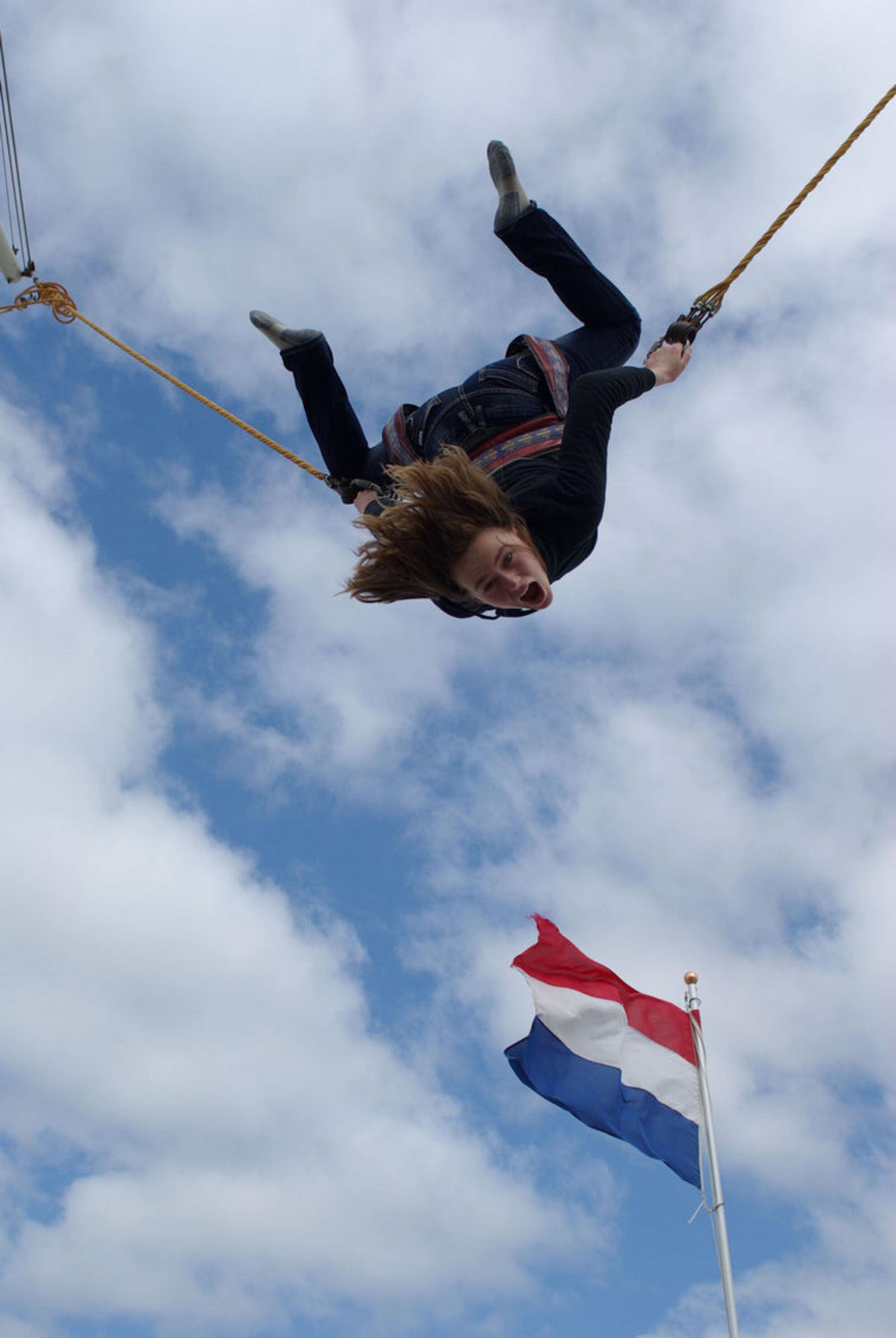 Jumping high - Lekker springen met een bos ptt elastieken aan je lijf - foto door rob-hauer op 10-09-2011 - deze foto bevat: vlag, actie, springen, lol, blauwe lucht - Deze foto mag gebruikt worden in een Zoom.nl publicatie