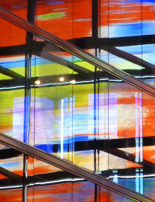B&G 2 - In Beeld & Geluid speelt kleur een grote rol. Als je met je camera om je heen kijkt is het moeilijk een keuze te maken uit alles wat er om je heen te - foto door ekeren op 16-11-2012 - deze foto bevat: kleuren, spiegeling, Beeld en Geluid, B&G