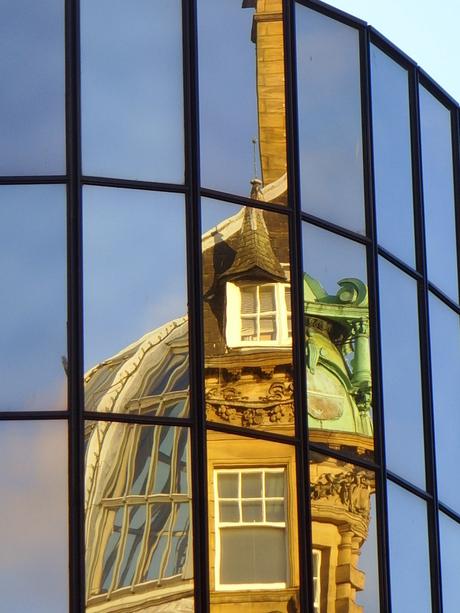 reflectie drie gebouwen in een blik gevangen