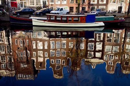 Weerspiegeling - Grachtenpanden weerspiegelen in het heldere water van Amsterdam - foto door Maragmar op 29-04-2012 - deze foto bevat: amsterdam, straat, water, boot, gracht, huizen, weerspiegeling, grachten, helder