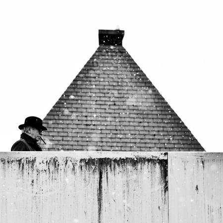 Untitled... - - - foto door ellis77 op 08-02-2018 - deze foto bevat: sneeuw, stad, brug, hoed, zwartwit, sigaar