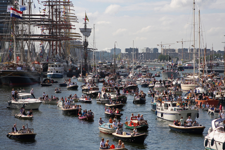 Sail - Omdat ik even niets anders heb, nog een van sail. Iets andere sfeer. - foto door petervanmeurs op 09-09-2010 - deze foto bevat: amsterdam, sail, schepen, ij, varen, petervanmeurs