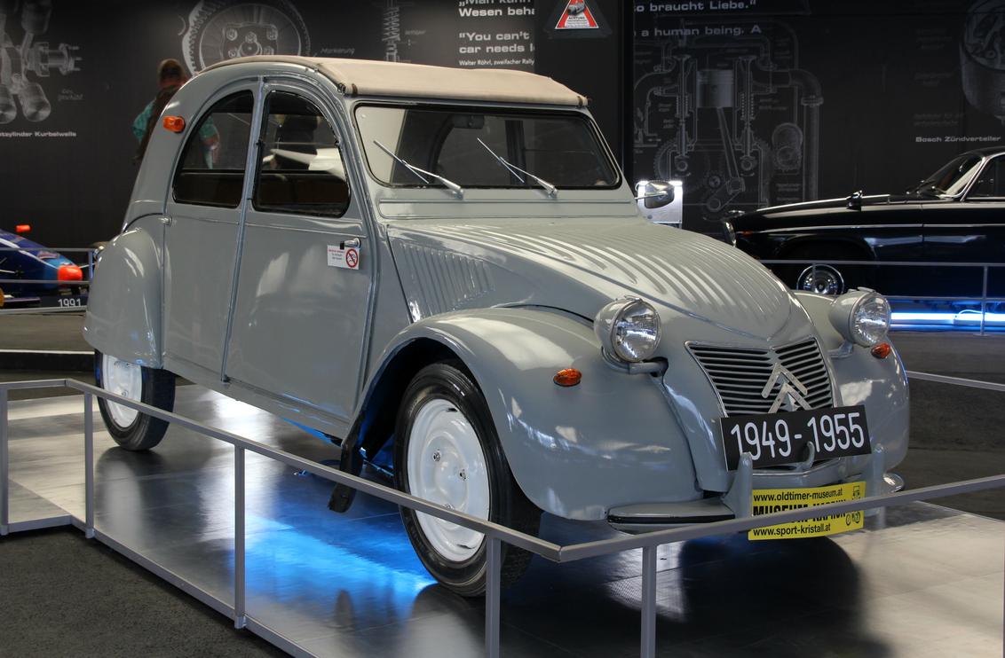 """Grijze muis ? - Nee, dit is echt een """"lelijk eendje"""". Een auto met een geheel eigen vormgeving en karakter. - foto door herimo op 27-08-2012 - deze foto bevat: oldtimer, citroen, grijs, lelijke eend"""
