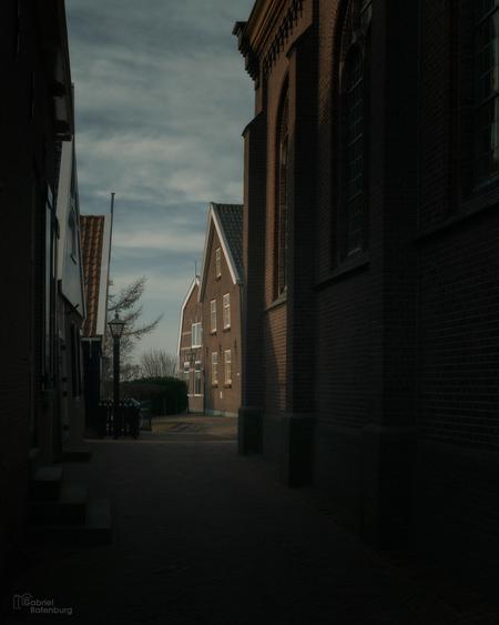 Rondje Marken - - - foto door gabriel-batenburg1969 op 27-02-2021 - deze foto bevat: oud, straat, licht, schaduw, kerk, marken, stad, huis, straatfotografie, centrum