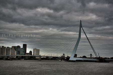Erasmus - Even een rondje door Rotterdam levert vandaag dit plaatje op, ook een beetje met HDR gespeeld wat de foto naar mij zeggen wel aantrekkelijk maakt. - foto door J3ro3n op 02-12-2015 - deze foto bevat: water, rotterdam, stad, haven, skyline, brug, hdr, centrum, erasmus