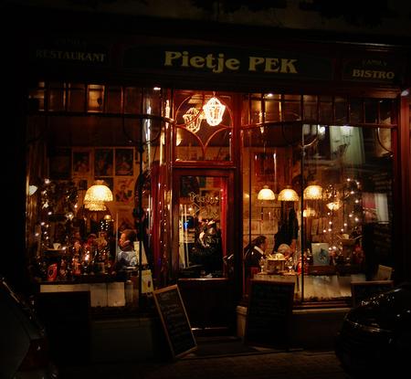 Pietje Pek - Café Pietje Pek, in Brugge. Het zag er zo knus en warm uit :) - foto door thuban op 04-04-2010 - deze foto bevat: cafe, nacht, belgie, brugge