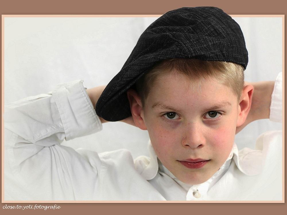 met de pet op... - hallo allemaal...  allemaal leuk en aardig dat geportretteer ik heb m'n werk gedaan...maar ik wil zelf ook op de foto  kom op mam nu ik op de plaat - foto door close.to.yoU.fotografie op 24-02-2014 - deze foto bevat: portret, cool, stoer, jongen, zoon