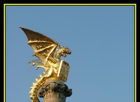 Schoonmoeder. - In 's-Hertogenbosch staat het standbeeld voor alle schoonmoeders.  De Draak.  De Draak is het symbool van de stad. Hij is aangeboden, door Commis - foto door Toshiba op 08-10-2005 - deze foto bevat: draak, standbeeld, , schoonmoeder, stationsplein