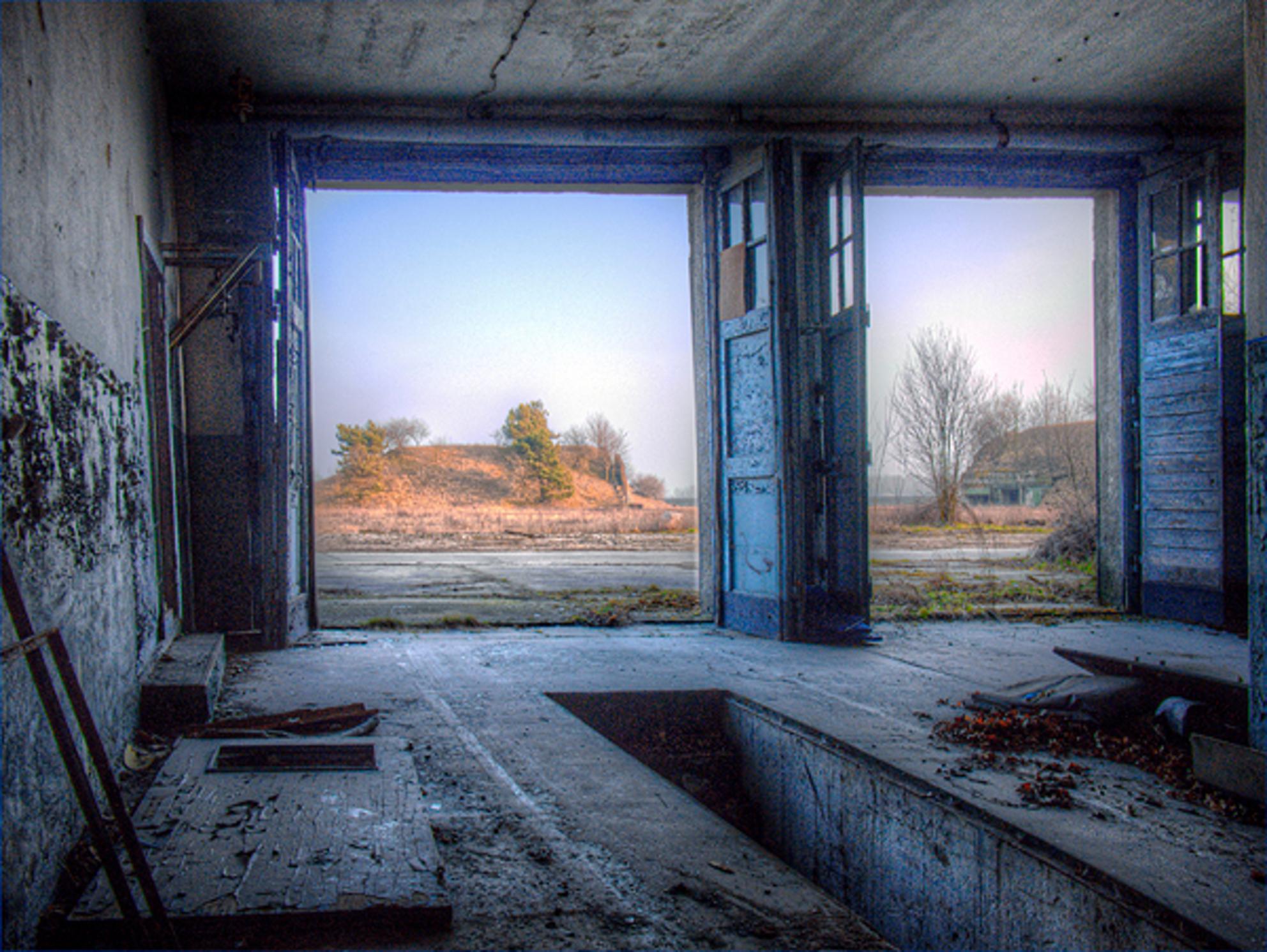 The fire tender garage - The fire tender garage on a  Russian Air Base in the former GDR. - foto door fap op 12-04-2014 - deze foto bevat: foto, urban, verlaten, vervallen, hdr, duitsland, urbex, oost, bunkers, ddr, tonemapping, nuclear, atoom, armament, voormaling, fap., kernwapens, Juterbog, ud, Beauty of decay - Deze foto mag gebruikt worden in een Zoom.nl publicatie