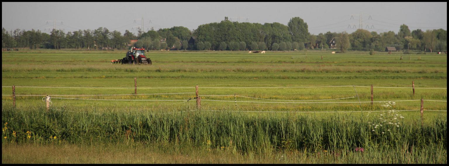 Alblasserwaard. - Deze foto is gemaakt vlakbij de zijdebrug tussen Oud Alblas en NieuwLekkerland. Even om mijn nieuwe 7D uit te proberen. - foto door Anne_Timmermans op 28-05-2010 - deze foto bevat: landschap, tractor, boer