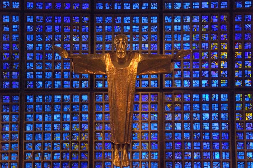 Gedächtniskirche, Berlijn - Het Jezus-beeld in het nieuwbouw gedeelte van de Gedächtniskirche in Berlijn. De kerk is erg beschadigd tijdens de 2e wereldoorlog, waarna dit nieuwe - foto door JWil op 14-06-2017 - deze foto bevat: blauw, ramen, beeld, kerk, raam, jezus, berlijn, religie, ruit, christendom, gedachtniskirche