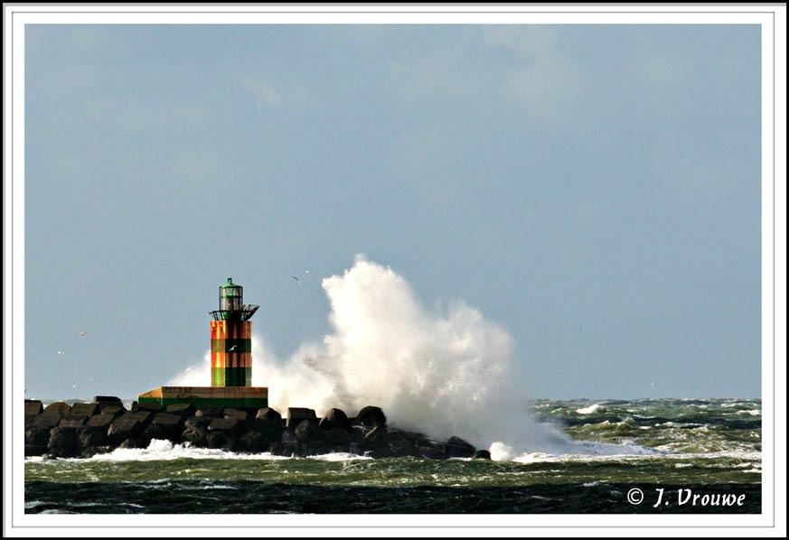 golfbreker - De vuurtoren op de pont van de zuidpier in IJmuiden. - foto door janv2 op 04-11-2013 - deze foto bevat: vuurtoren, storm, haven, pier, golf, golfbreker, strekdam
