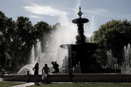 Lazy on a Sunday afternoon - De hele bevolking van Mendoza lijkt zich op zondagmiddag in het stadspark te bevinden, soms zelfs in de fontein. - foto door cvanlimborgh op 30-01-2011 - deze foto bevat: tegenlicht, fontein, argentinie, mendoza